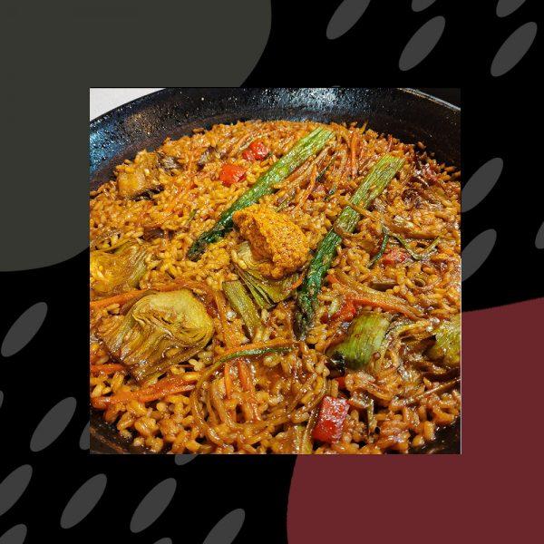 Paella vegana (cebolla, zanahoria, alcachofa de temporada, calabacín, setas)