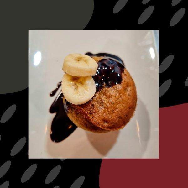 Cupcake de plátano con helado de chocolate vegano (harina, aceite de oliva, plátano, helado)