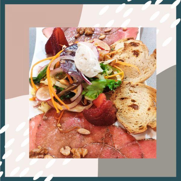 Ensalada con carpaccio de ternera, virutas de parmesano y vinagreta de soja