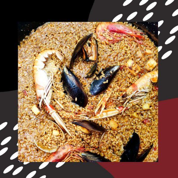 Paella marinera con gamba roja, cigala, almejas y mejilllones